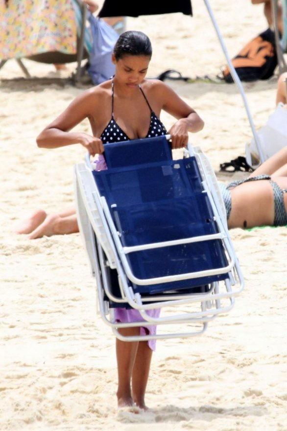 Nàng mẫu Pháp Tina Kunakey cực nảy nở gợi cảm với bikini ảnh 3