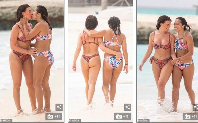 Cựu vũ nữ thoát y mặc bikini đẹp mê hồn bên tình đồng giới ảnh 4