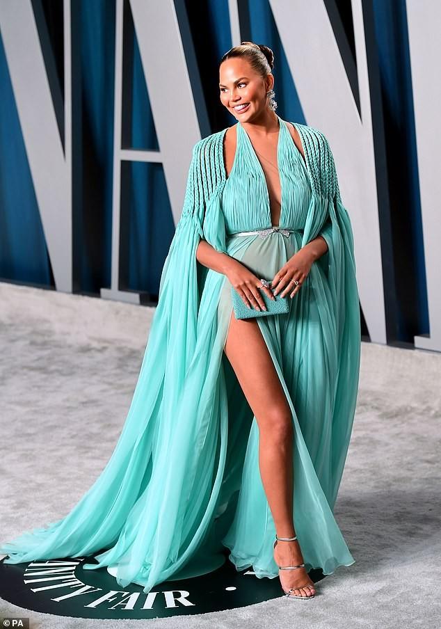 Siêu mẫu 'bốc lửa' Chrissy Teigen mặc xẻ sâu khoe ngực đầy nóng bỏng ảnh 6