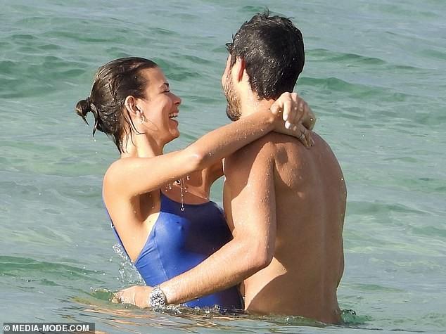 Georgia Fowler mặc áo tắm tuyệt đẹp, tình tứ bên bạn trai ở biển ảnh 7