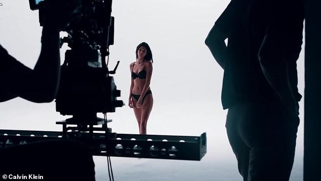 'Siêu mẫu đắt giá nhất thế giới' mặc bikini phô thể hình tuyệt mỹ ảnh 2