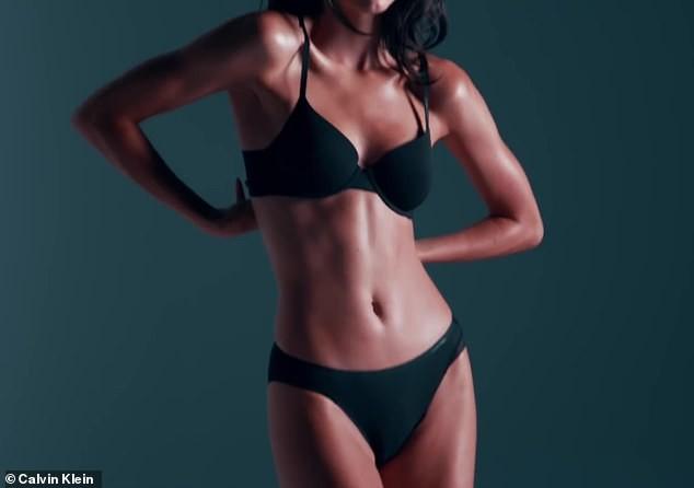 'Siêu mẫu đắt giá nhất thế giới' mặc bikini phô thể hình tuyệt mỹ ảnh 4