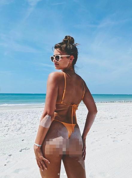 Taylor Hill tung ảnh bikini nhỏ xíu, khoe trọn vòng 3 nóng bỏng ảnh 2