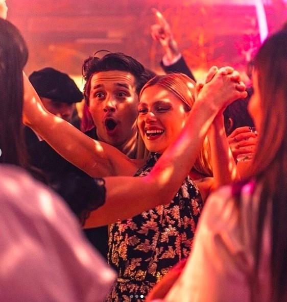 Victoria Beckham nhảy tưng bừng với bạn gái con trai Brooklyn Beckham ảnh 5