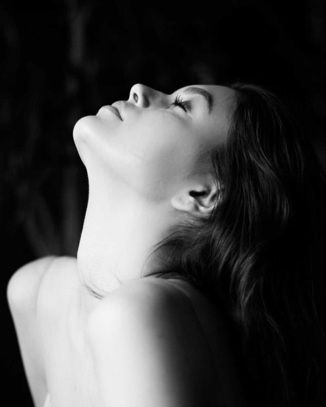 Không nội y, Kaia Gerber gợi cảm hút hồn với váy lụa mỏng tang ảnh 1