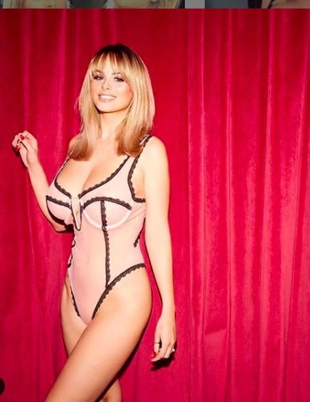 Rhian Sugden khoe ngực ngoại cỡ với áo tắm rực hồng ảnh 7
