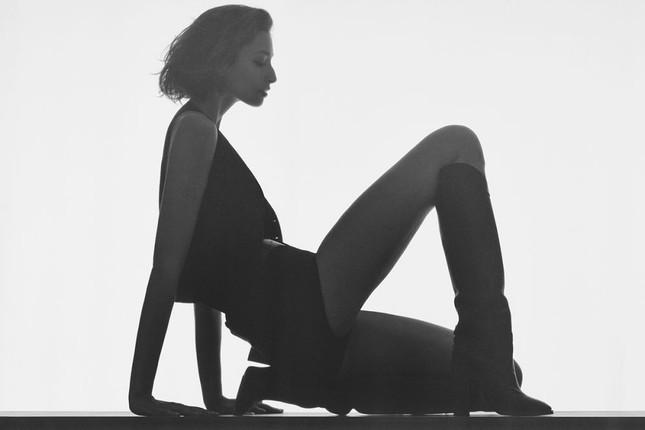 Loạt ảnh bán nude đẹp như tạc tượng của chân dài nước Úc cao 1m83 ảnh 2