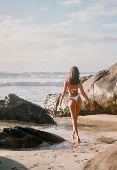 Mẫu 9x xứ Samba thả dáng đẹp như tạc tượng với bikini ảnh 1