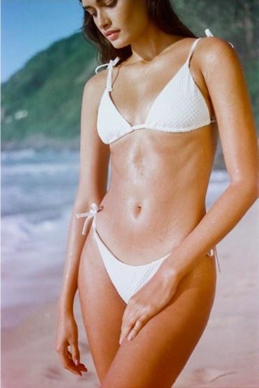 Mẫu 9x xứ Samba thả dáng đẹp như tạc tượng với bikini ảnh 2