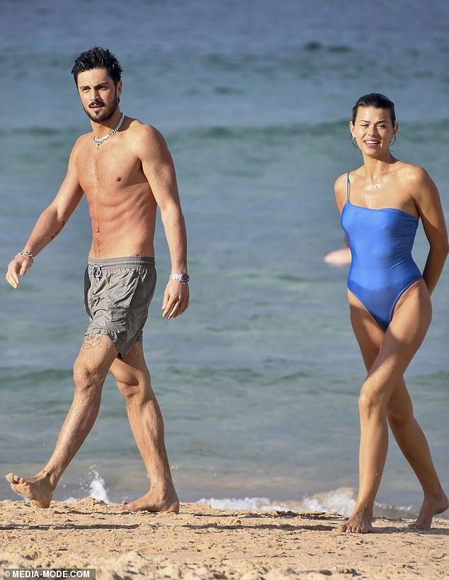 Chân dài Victoria's Secret tung ảnh bikini bé xíu ảnh 8