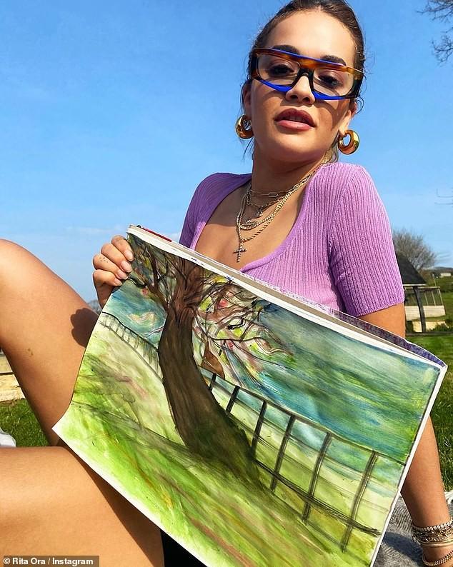 Rita Ora gợi cảm với áo mỏng tang, khoe tranh vẽ tại nhà ảnh 2