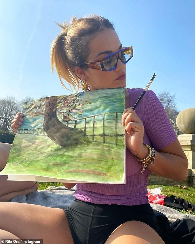 Rita Ora gợi cảm với áo mỏng tang, khoe tranh vẽ tại nhà ảnh 3