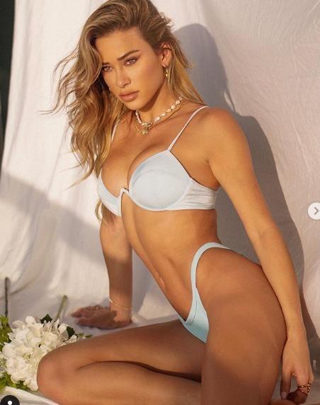 Siêu mẫu yêu cuồng nhiệt Cristiano Ronaldo gợi cảm với bikini bé xíu ảnh 4