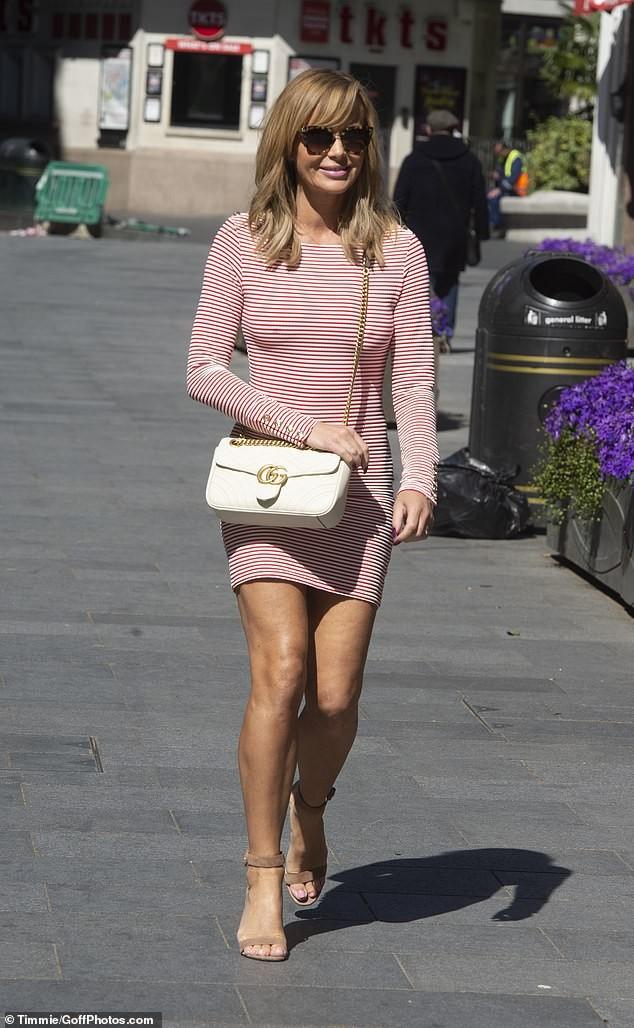 Amanda Holden lại 'thả rông' vòng 1 lộ điểm nhạy cảm trên phố, nhận nhiều chỉ trích ảnh 3