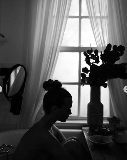 'Thiên thần nội y' Josephine Skriver gợi cảm với nội y ren khi ở nhà tránh dịch ảnh 2