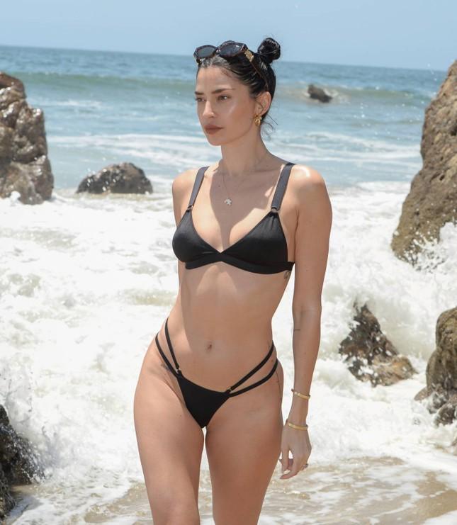 Nicole Williams gợi cảm 'từng cm' với bikini nhỏ xíu, khóa môi ông xã cầu thủ ở biển ảnh 5