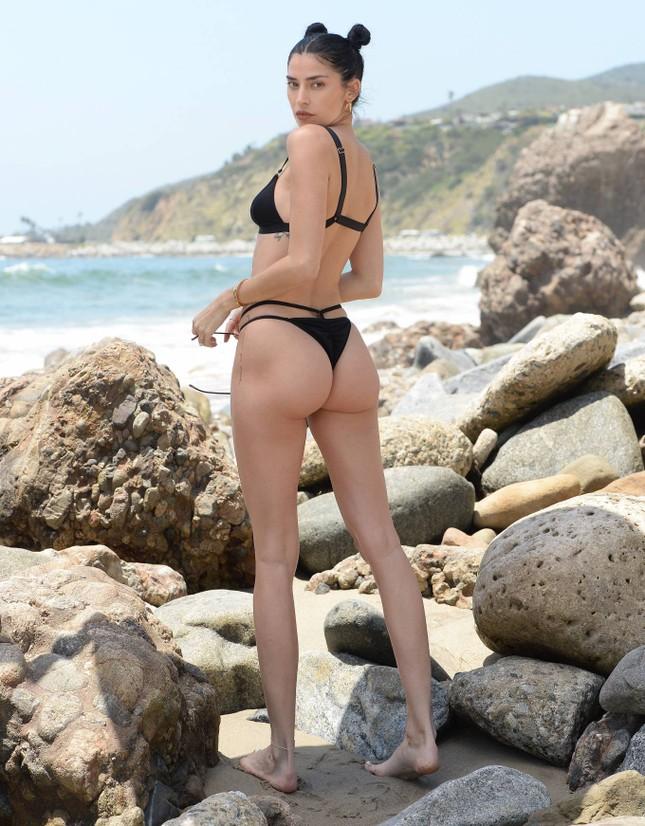 Nicole Williams gợi cảm 'từng cm' với bikini nhỏ xíu, khóa môi ông xã cầu thủ ở biển ảnh 7