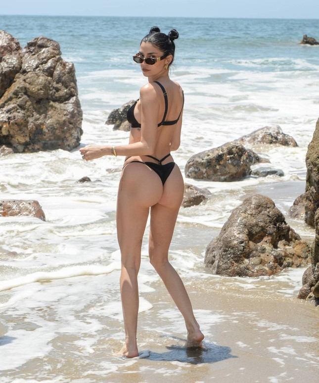 Nicole Williams gợi cảm 'từng cm' với bikini nhỏ xíu, khóa môi ông xã cầu thủ ở biển ảnh 8
