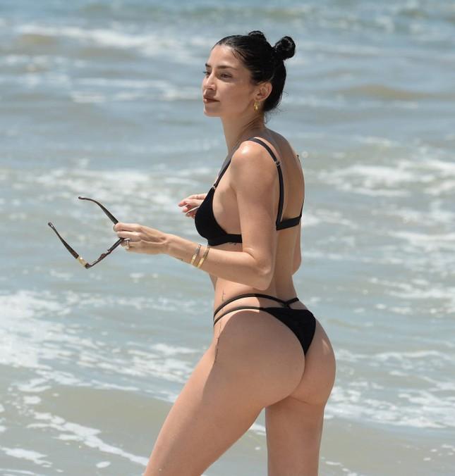 Nicole Williams gợi cảm 'từng cm' với bikini nhỏ xíu, khóa môi ông xã cầu thủ ở biển ảnh 12