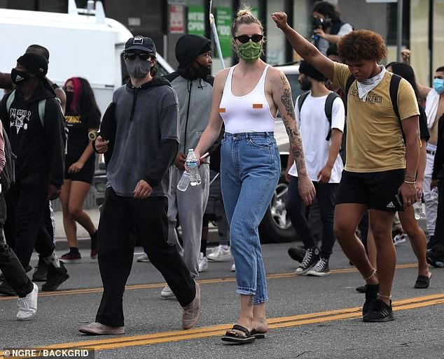 Ireland Baldwin mặc ba lỗ, không nội y đi biểu tình gây choáng ảnh 2