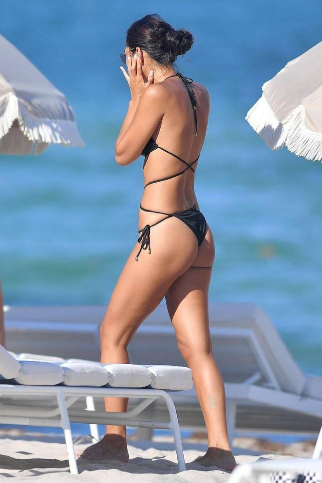 Chân dài 9x khoe dáng nuột nà nóng bỏng với bikini nhỏ xíu ảnh 3