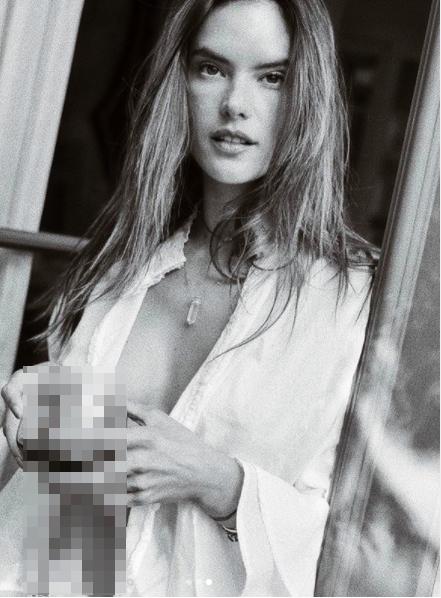 Alessandra Ambrosio tung ảnh khoe trọn bầu ngực táo bạo ảnh 1