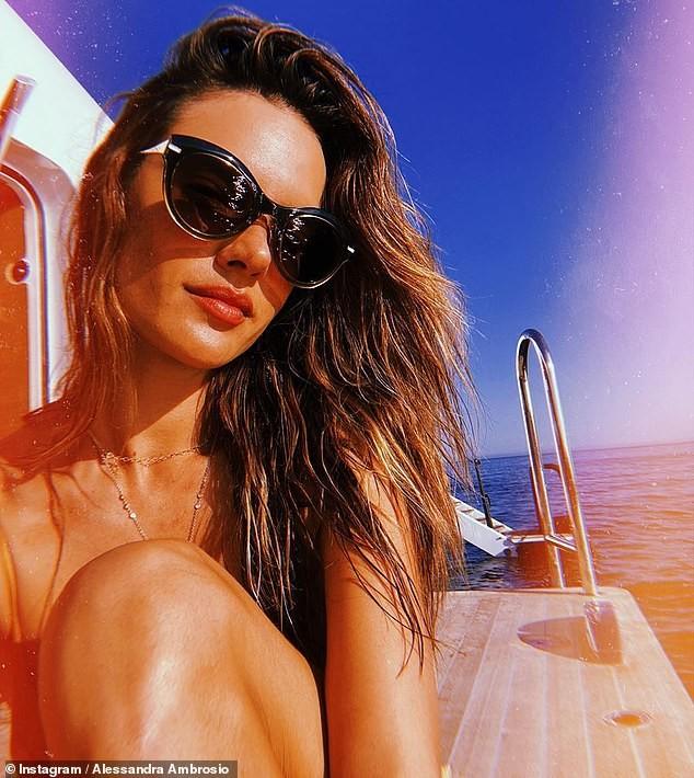 Alessandra Ambrosio chụp áo tắm tôn ngực căng đầy cực gợi cảm ảnh 3