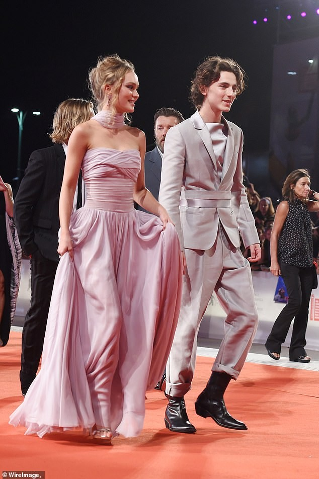 Con gái Johnny Depp 'thả rông' táo bạo trên phố ảnh 4