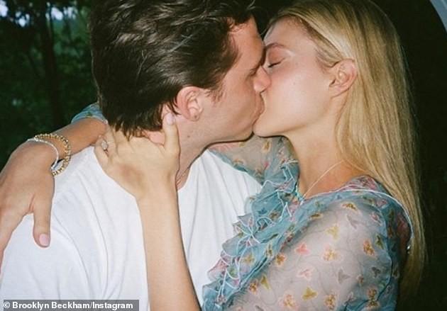 Hana Cross tung ảnh bikini nhìn xa xăm khi tình cũ Brooklyn Beckham sắp cưới con tỷ phú ảnh 6