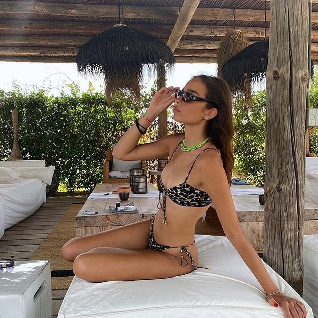 Hana Cross tung ảnh bikini nhìn xa xăm khi tình cũ Brooklyn Beckham sắp cưới con tỷ phú ảnh 2