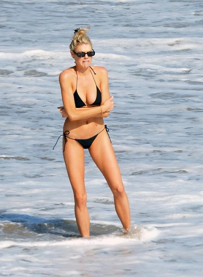 'Bom gợi cảm' Charlotte McKinney mặc bikini siêu bé, căng tràn sức sống ở biển ảnh 1
