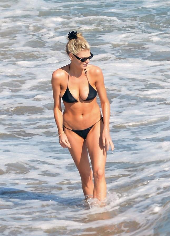 'Bom gợi cảm' Charlotte McKinney mặc bikini siêu bé, căng tràn sức sống ở biển ảnh 7