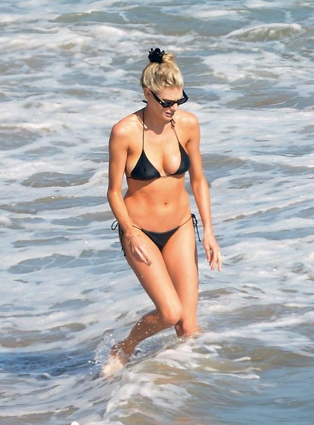 'Bom gợi cảm' Charlotte McKinney mặc bikini siêu bé, căng tràn sức sống ở biển ảnh 4