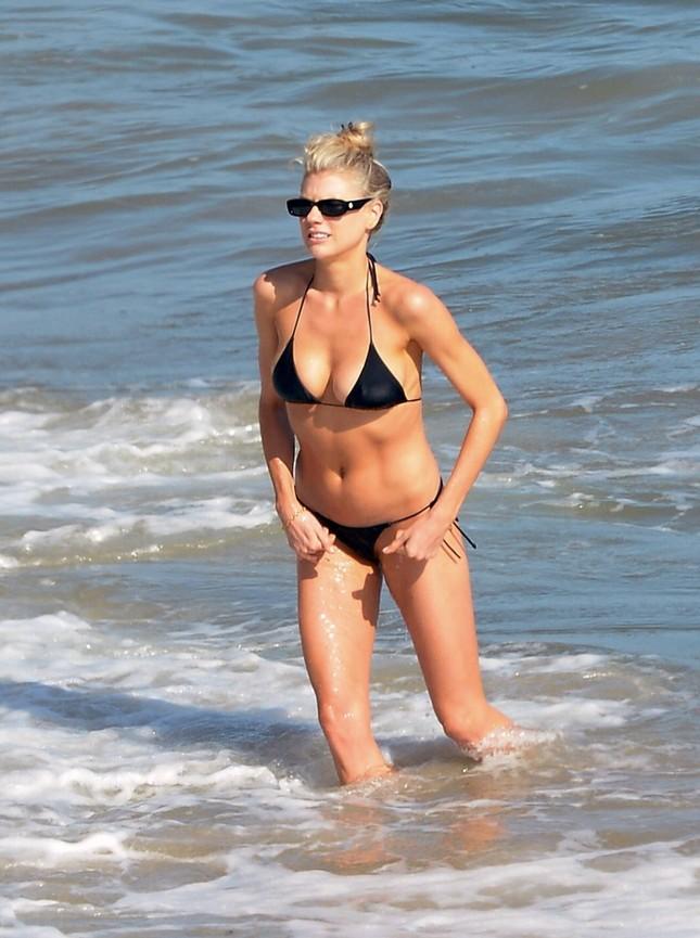 'Bom gợi cảm' Charlotte McKinney mặc bikini siêu bé, căng tràn sức sống ở biển ảnh 5