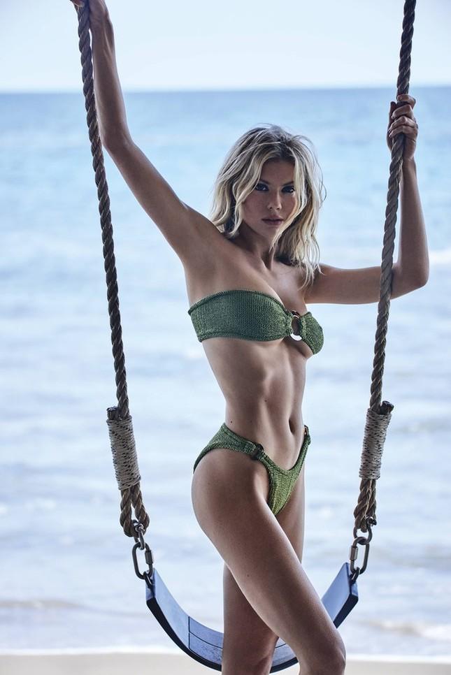 'Bom gợi cảm' Charlotte McKinney mặc bikini siêu bé, căng tràn sức sống ở biển ảnh 8
