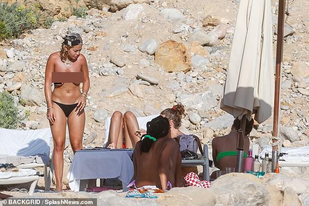 Rita Ora 'thả rông' đi lại trước mặt bạn bè trong kỳ nghỉ gây choáng ảnh 9