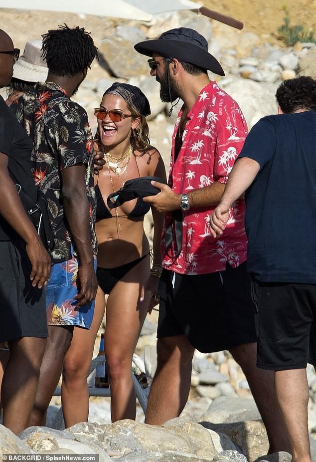 Rita Ora 'thả rông' đi lại trước mặt bạn bè trong kỳ nghỉ gây choáng ảnh 1