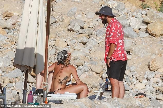 Rita Ora 'thả rông' đi lại trước mặt bạn bè trong kỳ nghỉ gây choáng ảnh 2