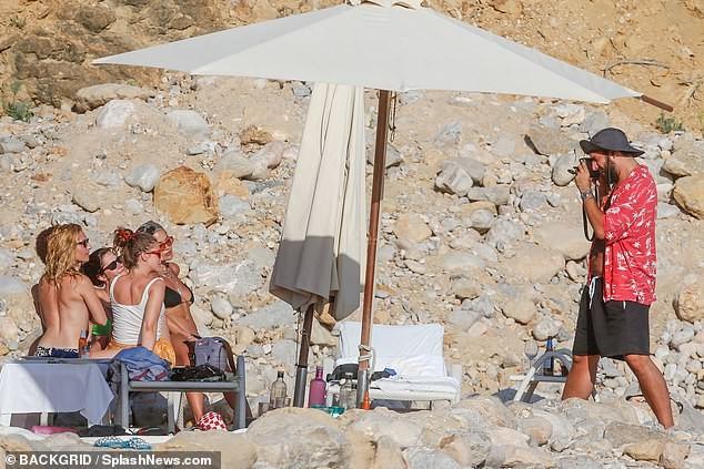 Rita Ora 'thả rông' đi lại trước mặt bạn bè trong kỳ nghỉ gây choáng ảnh 3