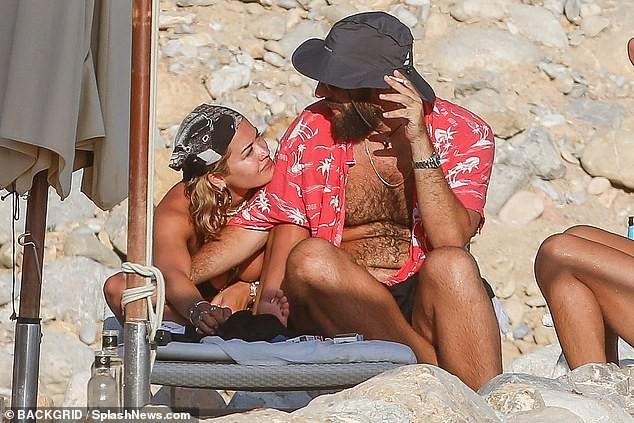 Rita Ora 'thả rông' đi lại trước mặt bạn bè trong kỳ nghỉ gây choáng ảnh 4