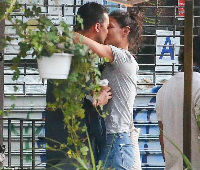Katie Holmes hôn say đắm bồ trẻ, dường như chưa hạnh phúc như thế sau ly hôn Tom Cruise ảnh 1