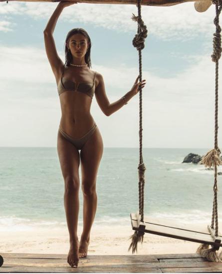 Chân dài 9x Carmella Rose trình diễn áo tắm phô body đẹp như tạc tượng ảnh 1