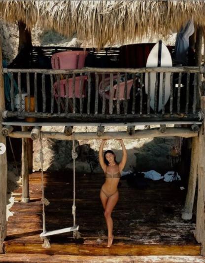 Chân dài 9x Carmella Rose trình diễn áo tắm phô body đẹp như tạc tượng ảnh 2