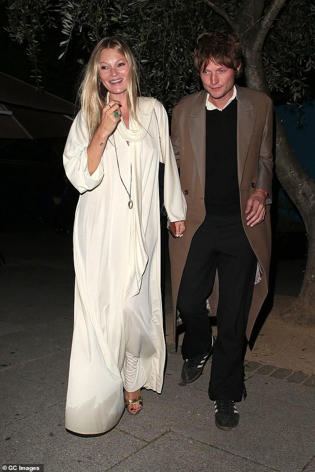 Con gái 18 tuổi của huyền thoại mẫu Kate Moss mặc lộ nội y hớ hênh phản cảm ảnh 2