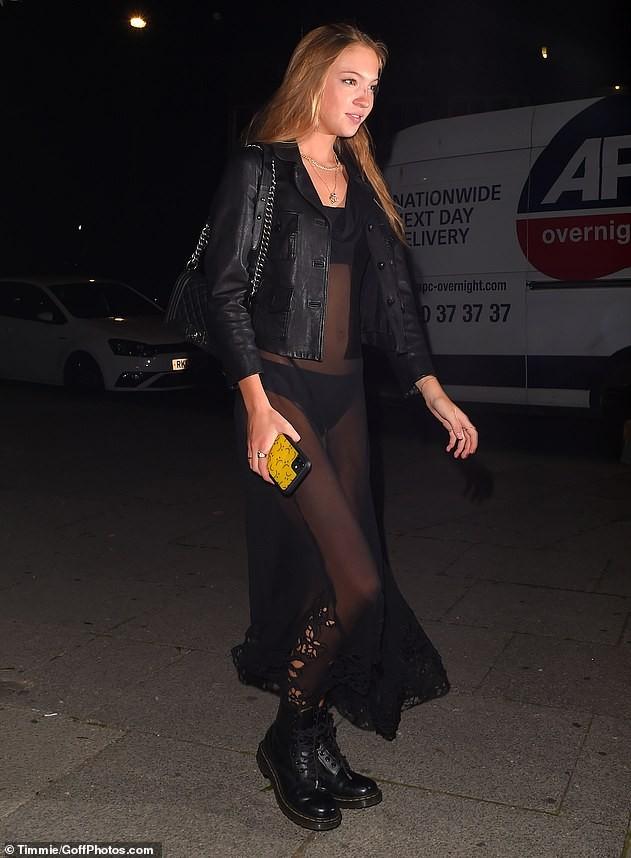 Con gái 18 tuổi của huyền thoại mẫu Kate Moss mặc lộ nội y hớ hênh phản cảm ảnh 5
