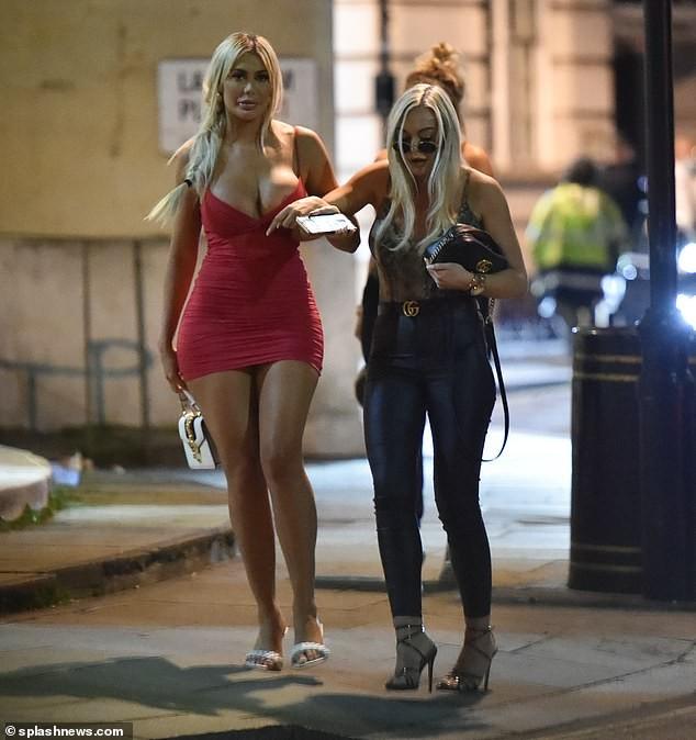 Sao truyền hình Anh quốc mặc như không phản cảm đi chơi tối giữa dịch bệnh ảnh 7