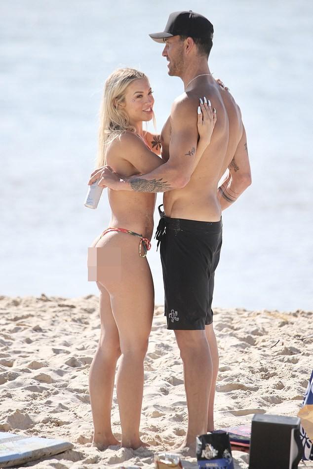 Hotgirl 9x người Úc liên tục tình tứ bạn trai ở biển ảnh 2