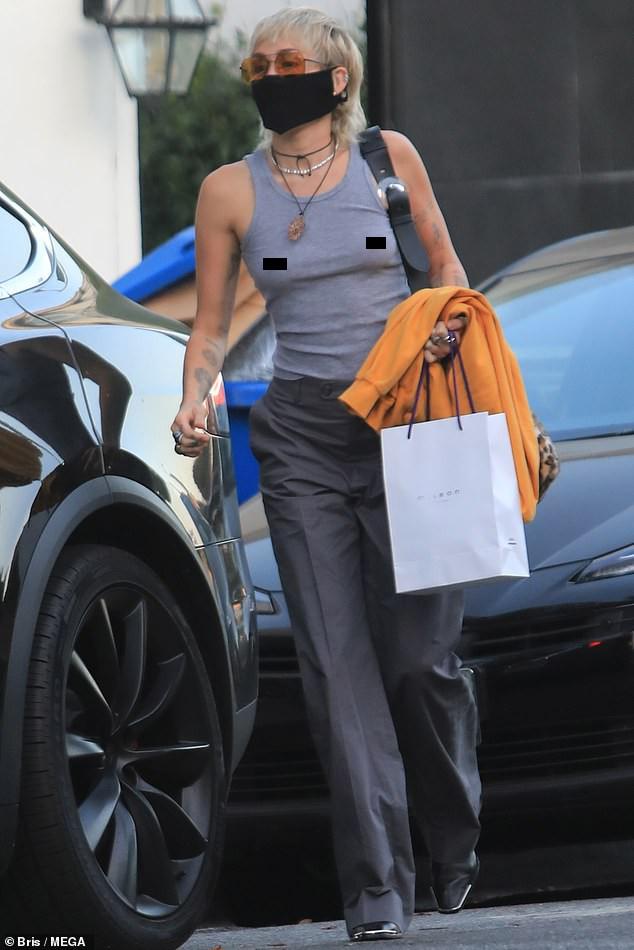 'Gái hư' Miley Cyrus 'thả rông' vòng một ra phố ảnh 2