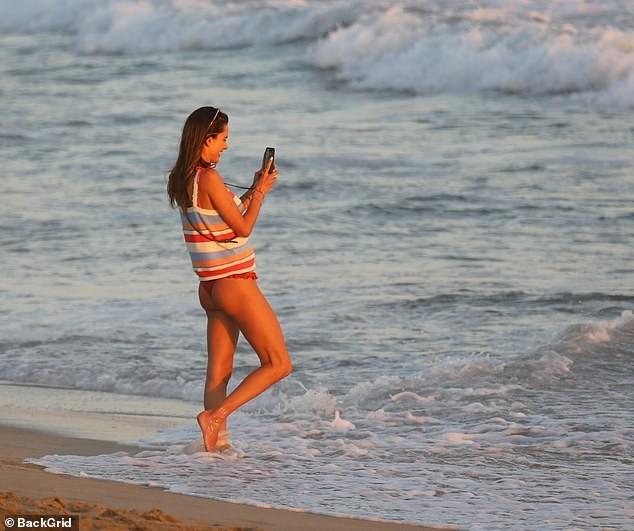Cựu 'thiên thần nội y' Alessandra Ambrosio mặc áo tắm đẹp như mộng ở biển ảnh 2