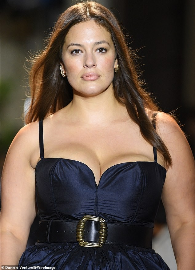 Siêu mẫu ngoại cỡ Ashley Graham mặc váy tôn ngực đầy sải bước catwalk ảnh 3
